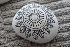 Painted rocks have become one of the most addictive crafts for kids and adults! Want to start painting rocks? Lets Check out these 10 best painted rock ideas below. Pebble Painting, Pebble Art, Stone Painting, Mandala Painted Rocks, Mandala Rocks, Painted Pebbles, Painted Stones, Rock Painting Ideas Easy, Rock Painting Designs