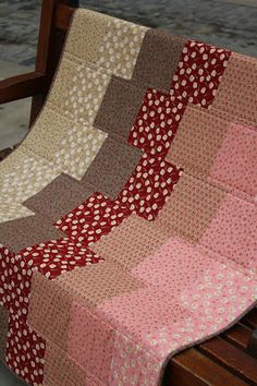 "TELA MARINERA, Costura Cretaiva Compartida: Kit ""Manta Ràpida TM"" Strip Quilts, Panel Quilts, Easy Quilts, Patchwork Sofa, Charm Square Quilt, Layer Cake Quilts, Scrap Quilt Patterns, Patchwork Tutorial, Cot Quilt"
