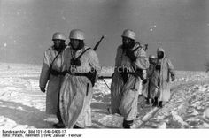 Fallschirmjäger in the snow with winter camouflage clothes, rifle and field-piece, pull a sledge ;XI. Fliegerkorps 1942