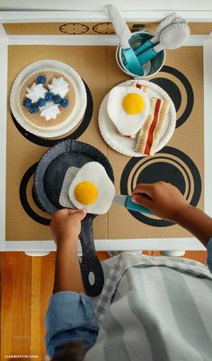 felt toys Use our instructions & templates to craft felt breakfast food that you can add to your children's play kitchen! Browse for our DIY play kitchen tutorial. Felt Crafts Kids, Crafts For Kids, Felt Crafts Patterns, Felt Play Food, Sewing Toys, Felt Toys, Felt Ornaments, Diy Food, Diy For Kids