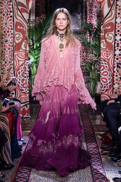 A primavera-verão 2017 da Roberto Cavalli, apresentada durante a Semana de Moda de Milão, se joga de vez na estética hippie dos anos 70.