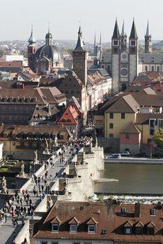 Blick auf den St. Kiliansdom zu Würzburg, das Alte Rathaus Grafeneckart und die Alte Mainbrücke