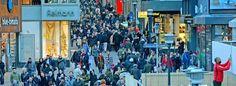 Blick auf die Limbecker Straße in der Vorweihnachtszeit: Die Innenstadt ist dann immer ziemlich voll. Die Zahl der Bürger, die in Essen leben, steigt seit einigen Jahren wieder. Jetzt ist die Stadt kurz davor, wieder die 600 000 zu erreichen.