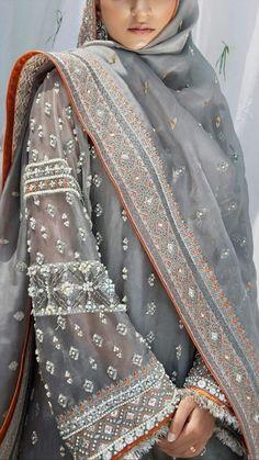 Pakistani Formal Dresses, Pakistani Wedding Outfits, Pakistani Dress Design, Dress Indian Style, Indian Dresses, Indian Outfits, Muslim Fashion, Bollywood Fashion, Indian Fashion