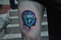 Tatuaje de estilo psicodélico en el muslo.