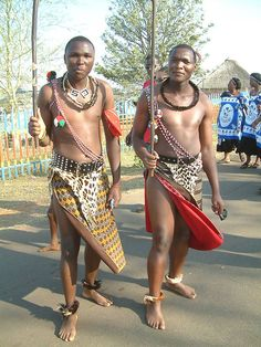 Young Swazi men and women behind them. Tribal African, African Tribes, African Men, African Beauty, Most Beautiful Black Women, Beautiful People, African Traditional Dresses, African Culture, People Photography