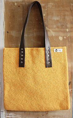 Bolsa confeccionada em crochê com fio rústico, toda manual desde do inicio ao tecer a finalização com botão magnético e alça de couro. R$ 140,00