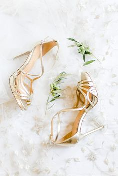 From pumps to stilettos, from pointy toes to flats every bride loses herself in the shoe category!  Here Anita's fab ✨ #bridalshoes by Badgley Mischka, stunning veil by Lazaro.