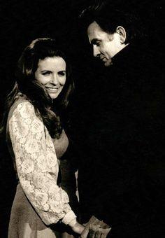 Johnny Cash & June Carter on stage 1971 Saiba mais sobre Lendas da Músicas no E-Book Gratuito – 25 VOZES QUE MUDARAM A HISTÓRIA DA MÚSICA em http://mundodemusicas.com/vozes-musica/