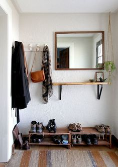 Ideas apartment entryway decor coat hanger for 2019 Trendy Home Decor, Diy Home Decor, Room Decor, Apartment Entryway, Entryway Decor, Entryway Ideas, Hallway Ideas, Entryway Mirror, Entryway Storage