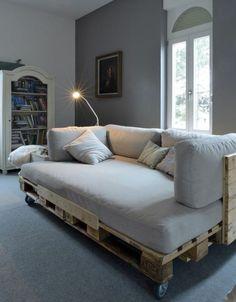 grand canape palette qui pourrait jouer le rôle de lit, suggestion formidable
