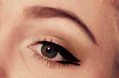 Pin up eye makeup. Subtly eyebrows.