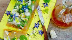 Opravdu nevšední kombinace vepřového sulcu a jemných jedlých květů bude ozdobou jarní hostiny. Na tuhle dobrotu vaši hosté určitě dlouho nezapomenou :)