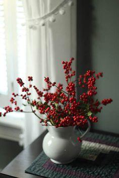 Keep it simple: en invierno, las bayas rojas son capaces de llenar una estancia por sí mismas #DecorarConFlores