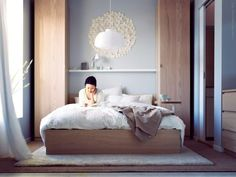 love those tall tall cabinets flanking the bed w/ that simple shelf.  and don't get me started on what appears to be a post-it wall art.  love love love.  [livet hemma]
