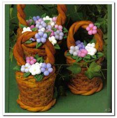 Canastita de flores de porcelana