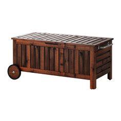 ÄPPLARÖ Banc avec rangement IKEA Avec roulettes pour le déplacer facilement. En acacia massif, un bois dur et résistant adapté à un usage extérieur.