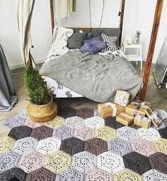 Ahhh que tapete lindo da @spagetti.spb  #natal #presentedenatal #aracaju #sergipe  #crochetaddict #knit #knitting #fiodemalha #trapillho #ganchillo #tshirtyarn #decor #decoracao #decoração #decoraçãodeinteriores #mandala #homedecor #feitoamão #handmade #artesanatobrasil  #decor #decoracao #decoração #decoraçãodeinteriores #homedecor #feitoamão #handmade #artesanatobrasil #inspiration #inspiração #inspiraçãododia #colorido #criatividade