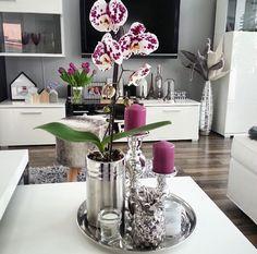 35 ideas living room decor glam sofas for 2019 Living Room Candles, Table Decor Living Room, Rooms Home Decor, Decor Room, Tray Decor, Decoration Table, Home Coffee Stations, Decorating Coffee Tables, Living Room Designs
