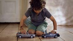 """En lo más fffres.co: Los coches de juguete """"inchocables"""" de Mercedes-Benz para demostrar su sistema de seguridad: """"Los niños aman… #Spots"""