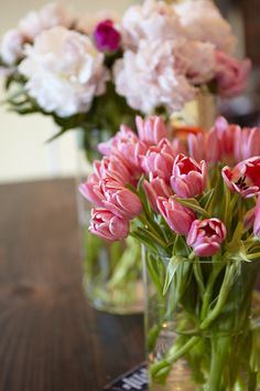 Eva Daiberl/Miss Renaissance Chicago Townhouse Tour // kitchen table styling // wooden table // fresh flowers // photography by Coach House Pictures