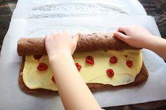 Sjoko-rullekake med vaniljekrem og bringebær - krem.no Dairy, Cheese, Baking, Breakfast, Desserts, Scandinavian, Food, Morning Coffee, Tailgate Desserts