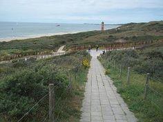 Het is heerlijk wandelen over de duinen bij Dishoek en Westduin. Over het voetpad op het duin kan men helemaal naar Zoutelande lopen.