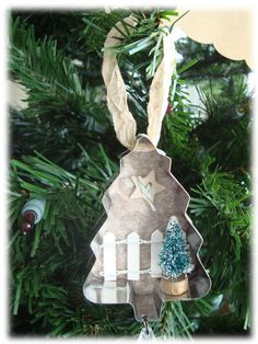 How to make recycled cookie cutter ornaments · Recycled Crafts | CraftGossip.com Xmas Ornaments, Recycled Christmas Decorations, Christmas Crafts, Homemade Ornaments, Vintage Cookies, Rustic Christmas, Christmas Holidays, Christmas Wishes, Vintage Christmas