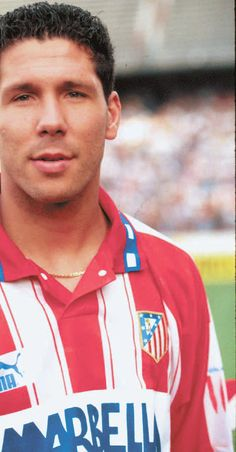 Simeone, pancadas na bola, na perna, no pescoço e na alma do adversário, com a camisa do Atlético de Madrid.