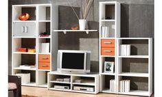 Composición de estanterías en color blanco y naranja. Incluye puertas de cristal.
