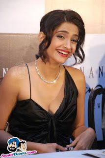 Beautiful and gorgeous bollywood actress: Hot boobs and cleavage of sonam kapoor Indian Bollywood Actress, Bollywood Actress Hot Photos, Beautiful Bollywood Actress, South Indian Actress, Beautiful Actresses, Beautiful Female Celebrities, Indian Celebrities, Bollywood Celebrities, Sonam Kapoor Photos