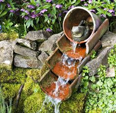 fontaine avec de vieux pots (et une pompe!)
