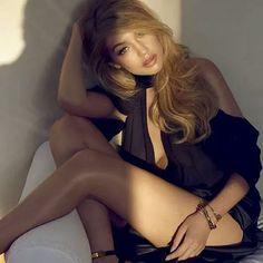 Chocada!!! Acabei de ler uma matéria na Vogue Italiana dizendo que Gigi Hadid (a modelo da foto) vem sendo duramente criticada por alguns (loucos) por estar acima do peso! Oi???? Essas pessoas deviam ser internadas! Que padrão de beleza, estupidamente inserido na sociedade, é esse??? Magreza excessiva ou mulher homem bomba? Prefiro me encaixar no Hall das pessoas normais, felizes e saudáveis!! Me poupe!! #chocada #gigihadid #Porummundocompessoasinteligentes