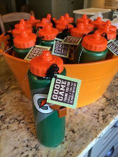 Are you planning a basketball party? Looking for end of the year basketball party ideas or having a birthday party? Basketball Party Favors, Sports Party Favors, Hockey Party, Football Favors, Boy Party Favors, Football Team Snacks, Football Player Gifts, Baseball Snacks, Sports Snacks