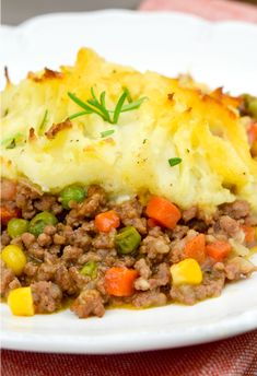 Shepherd's pie is an incredible comfort food. Delicious, super flavorful meaty filling topped with a mound of rich, buttery mashed potatoes! Shepherds Pie Rezept, Shepherds Pie Recipe Healthy, Shepards Pie Easy, Alton Brown Shepherds Pie, Strudel, Shepherds Pie Recipe Pioneer Woman, Shepherd's Pie Pioneer Woman, Vegetarian Recipes, Bon Appetit
