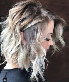Here's Every Last Bit of Balayage Blonde Hair Color Inspiration You Need. balayage is a freehand painting technique, usually focusing on the top layer of hair, resulting in a more natural and dimensional approach to highlighting. Medium Length Hairstyles, Haircut Medium, Medium Length Wavy Hairstyles, Balayage Lob, Balayage Long Bob, Lob Ombre, Balayage Highlights, Medium Hair Cuts, Medium Curled Hair