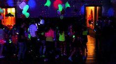 Balões néon, pista de danças com luz negra