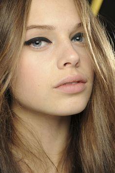 Un trazo firme y grueso de eyeliner es suficiente para crear expresión en la mirada con un toque 60's. Si no te apañas bien, repasa nuestro taller de eyeliner. El resto del maquillaje es invisible. Un poco de colorete en rosa pálido para dar vida a la piel y listo.