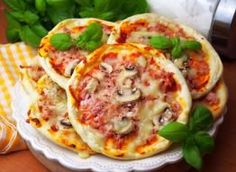 Szybkie pizzerinki (z ciasta bez wyrastania) - przepis ze Smaker.pl Joy Of Cooking, Cooking 101, Cooking Recipes, Good Food, Yummy Food, Small Meals, Party Snacks, Vegetable Pizza, Kids Meals