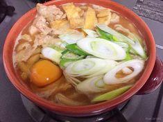 コク深い赤味噌ベースのスープに、もっちりうどんをコトコトと煮込んだ「味噌煮込みうどん」。お手軽ランチはもちろん、夜ご飯にもピッタリなボリュームです。今回は、味噌煮込みうどんの基本レシピや、人気のアレンジ、簡単な作り方をご紹介します。