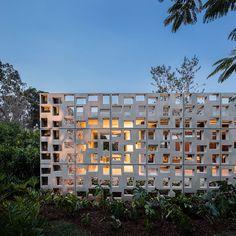 A vedação é composta por peças pré-fabricadas de concreto, com dimensão de aproximadamente três metros de altura por um de largura