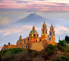 Sopka Popocatépetl (neboli Kouřová hora) leží ve středním Mexiku, asi 72 km jihovýchodně od Ciudad de México. V současnosti je aktivní a platí na ni zákaz vstupu, vylézt se však dá na sousední vrchol Iztaccíhuatl. Kláštery na svazích sopky jsou zapsané na seznam chráněných památek UNESCO.