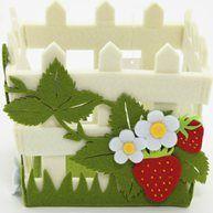 cute! - basket with strawberry felt application mandje met aardbei van vilt