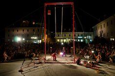 """""""Inercia térmica"""" Cía. Engranaje, 2010. Pórtico de trapecio: Diego Polognioli. (photo by Anonymous - Zmaj ´ma malde Festival - Postojna, Slovenia, 2011)"""