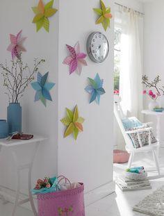 Um Farbe an die Wand zu bringen, muss man nicht gleich streichen. Bunte Blüten aus Papier sind ein frühlings-frischer Schmuck.Wandblüten schmücken die Wände.