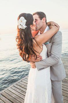 Gabriela e Eduardo tiveram um casamento em Búzios, com assessoria de Raquel Abdu. A noiva usou vestido Maria Mendes.
