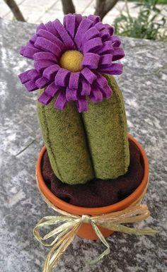 Cactus in feltro con fiore viola, by FANTASY WORK, 10,00 € su misshobby.com