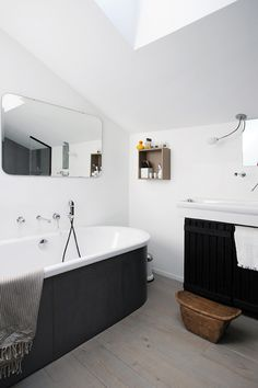 Adore the mirror and the black surround on the tub