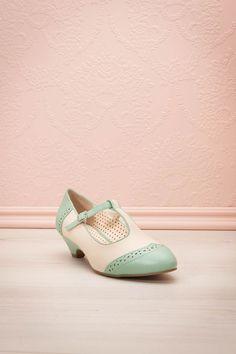 Avalon ♥ Avec son talon moyen, c'est le soulier qu'il faut pour afficher un style intemporel et classique. With its medium heel, this shoe is exactly what makes up a timeless and classic style.