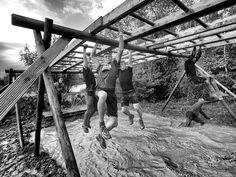 Winnaar in de categorie Sport Serie. Twaalf kilometer afzien op een voormalig Floriadeterrein annex stormbaan vol hindernissen: dat is de Mud Masters Obstacle Run in Vijfhuizen. Meer dan 4000 hardlopers doen het zichzelf aan.